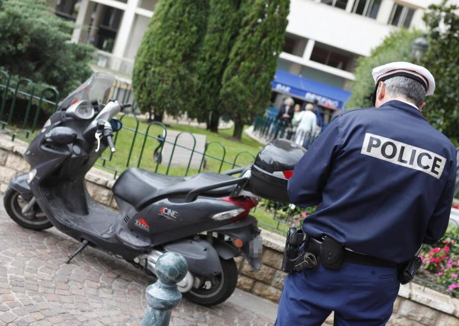 L'agent s'inquiétait d'une voiture en stationnement à l'état d'épave.Le propriétaire a dérapé.