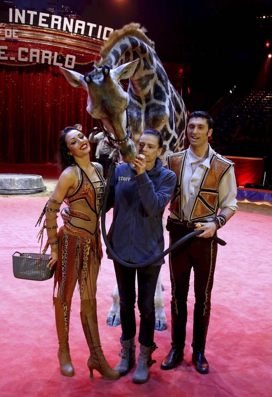 La princesse Stéphanie, complice avec la jeune girafe de József et Merrylu  Richter, au moment des répétitions.