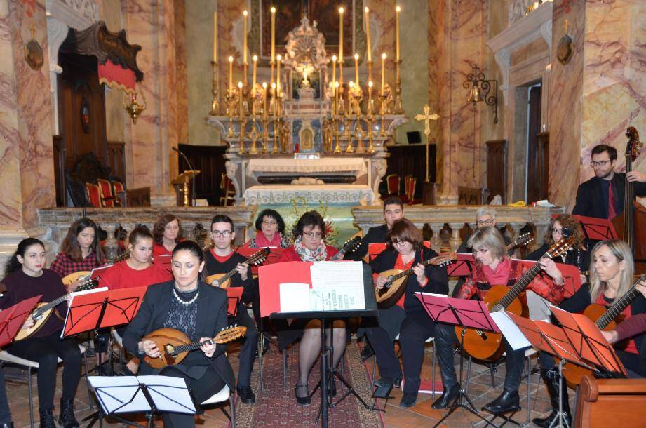 L'Orchestre de mandolines de Roquebrune-Cap-Martin autour de son chef d'orchestre, Olivia Tarallo (devant).