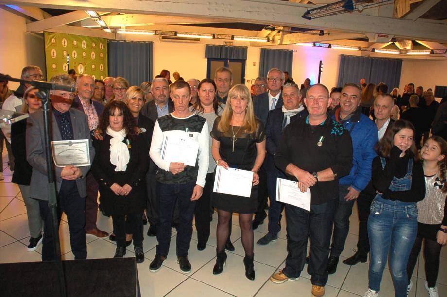 Les récipiendaires (premier rang) avec le maire et les élus.