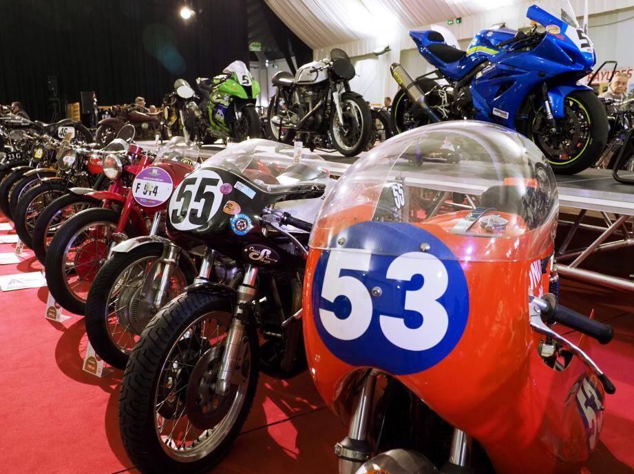 Une quarantaine d'engins, anciens ou actuels, sont exposés sous le chapiteau : motos, scooters et même side-cars.