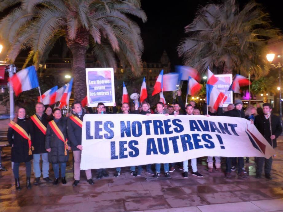 Une trentaine de militants a manifesté contre la soirée organisée au théâtre Liberté.