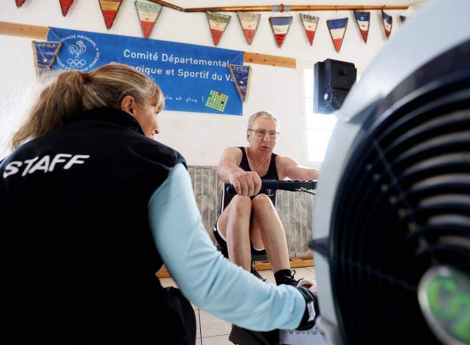 Marcel Larue prépare les championnats de France d'aviron indoor aux côtés de Marianne Saint-Vanne, son entraîneur.