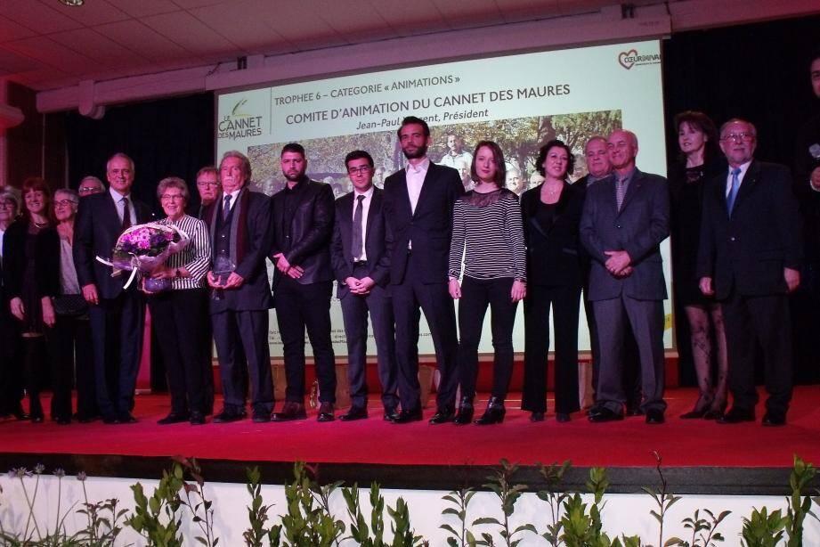 Les six lauréats 2018 à l'honneur (au centre) entourés du maire et des membres du conseil municipal.