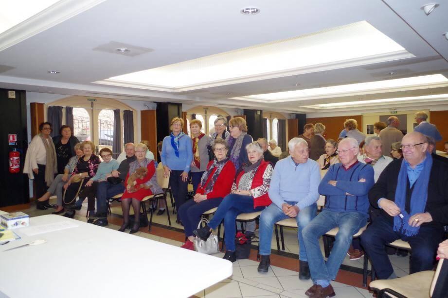 Adhérents et conseil d'administration prêts pour l'assemblée au foyer des Anciens.