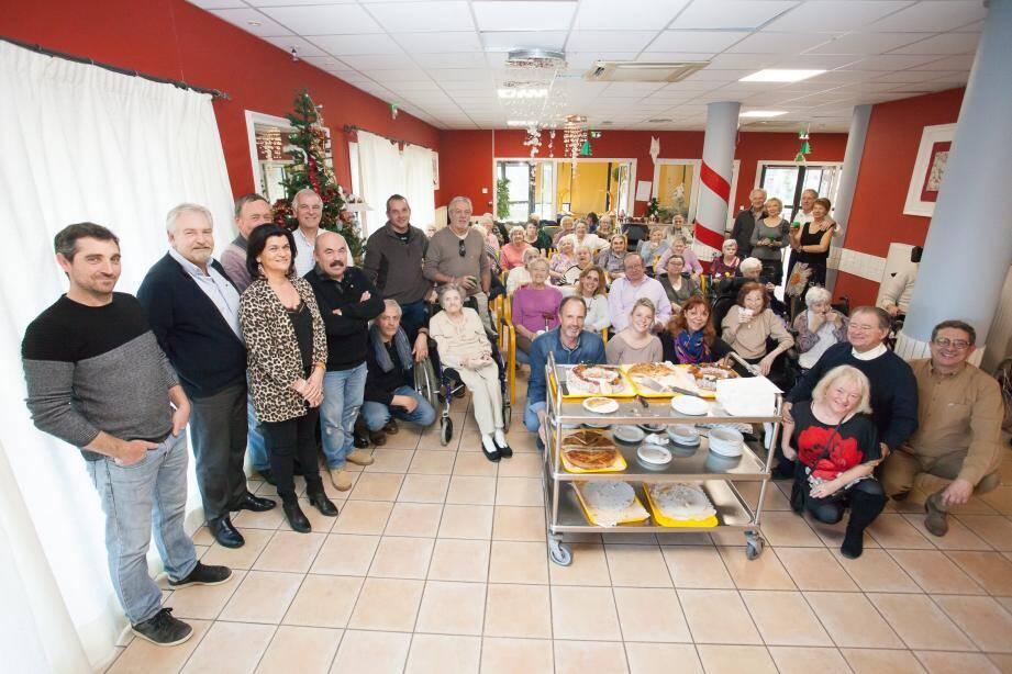 Le président du Lions Club Lorgues Haut Var, Pierre Olivier Turbil et son épouse, entourés des résidents et personnels de l'EHPAD Saint François.