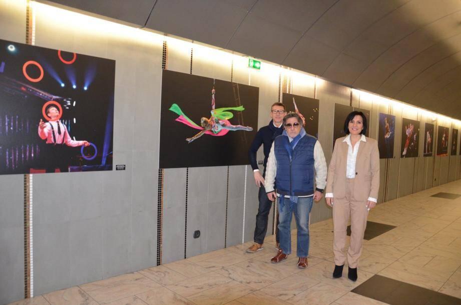 Le photographe Alain Hanel, entouré de Marie-Madeleine Liesse et de Hubert Dupont-Sonnerville, de Carrefour Monaco.