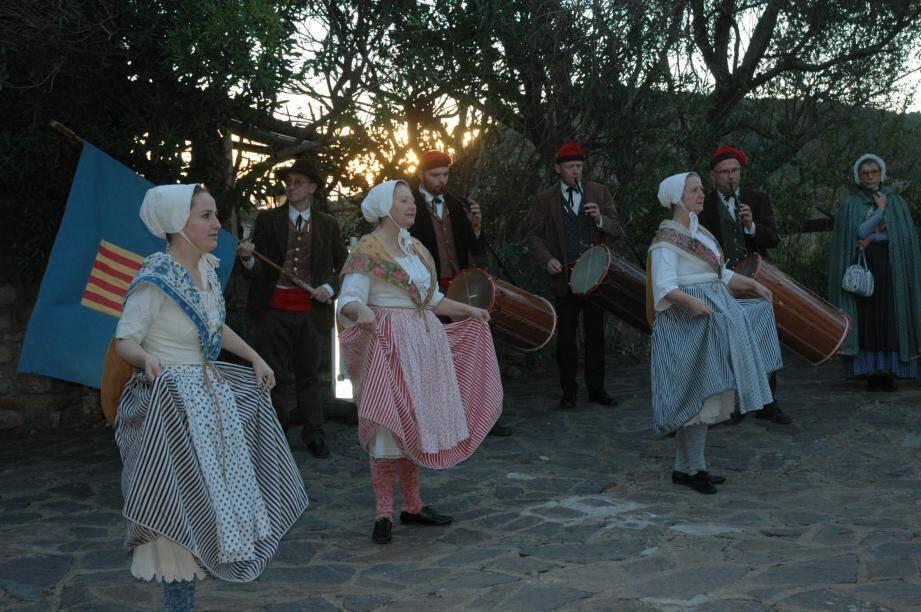 Les danses folkloriques du groupe l'Académie Dou Meijour place du père Clinchard.