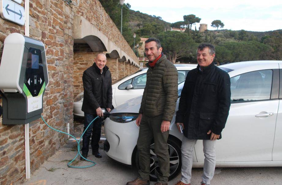 Le maire François Arizzi essaie la borne du village (mise en service pur les utilisateurs hier) en compagnie de Jérôme Massolini adjoint aux travaux et Frédéric Dupied directeur des services techniques.