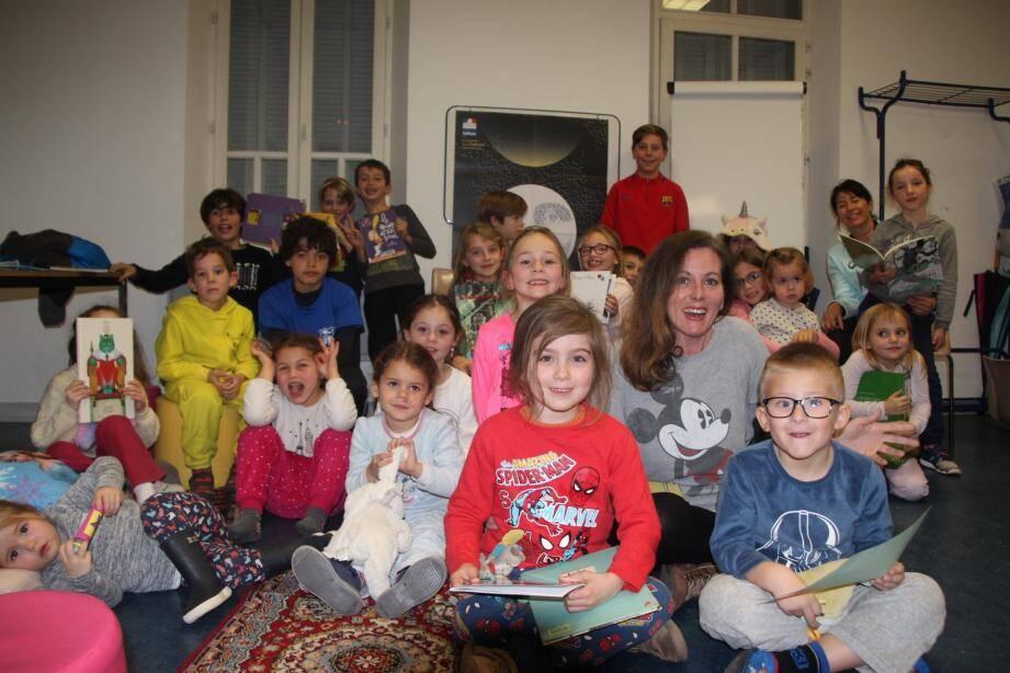 Delphine Berger Cornuel (pull Mickey) a fait la lecture à des enfants enthousiastes.