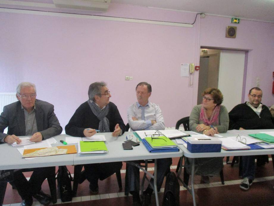 (De gauche à droite) Daniel Lesage (adjoint à l'urbanisme), Jean-Claude Mariani (adjoint aux travaux), Jean-Marie Ferrero, président du CIL de l'Enclos, Lina Plaitano, secrétaire, et Jean-Claude Destéfani, trésorier.