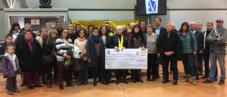 La remise de chèque en présence de Christophe Bottai, adjoint aux associations représentant Claude Pianetti, maire de la ville.