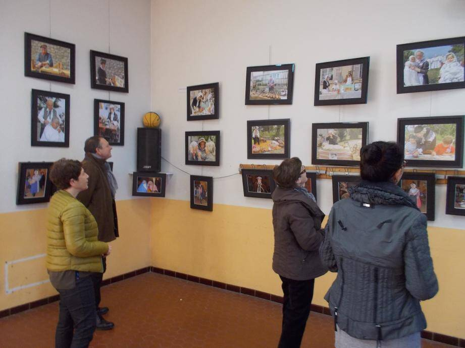Dans la salle Astier, des photos représentant les vieux métiers arbanais.