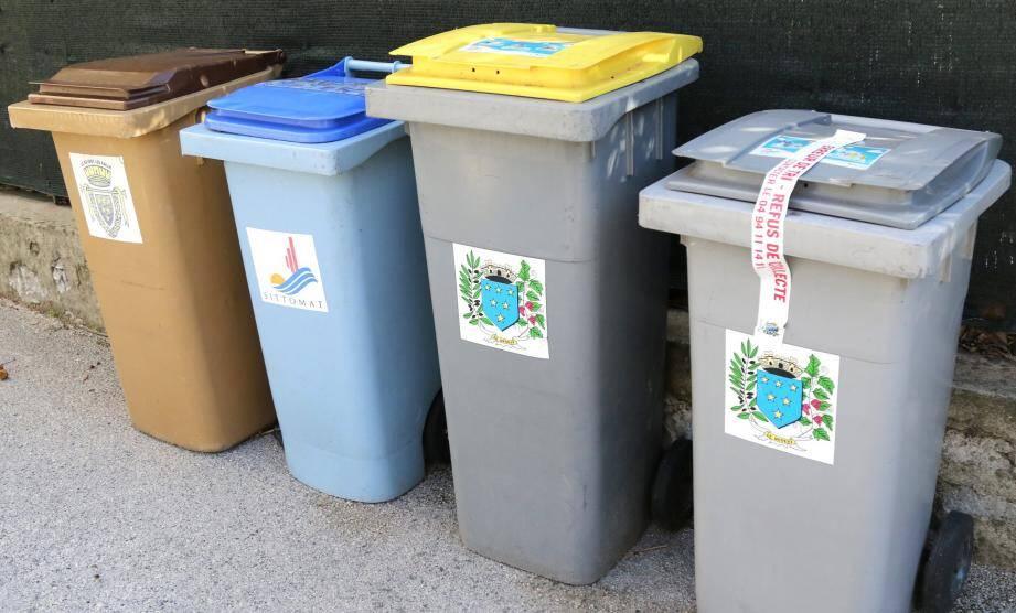Les bacs non conformes déposés devant les domiciles sont signalés par ce long autocollant et ne seront pas enlevés par le service des ordures ménagères.