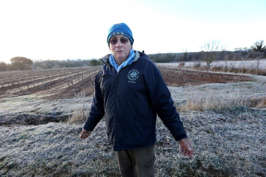 Jean-Claude Perrimond, ici dans ses vignes, en a marre des « reportages à charge » contre les agriculteurs qui, comme lui, ne cultivent pas en bio.
