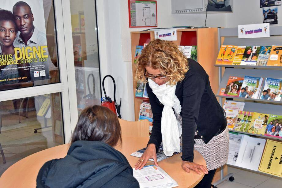 Sur place, tous les jours dans les nouveaux locaux, Laura Allouni reçoit et conseille jeunes et moins jeunes.