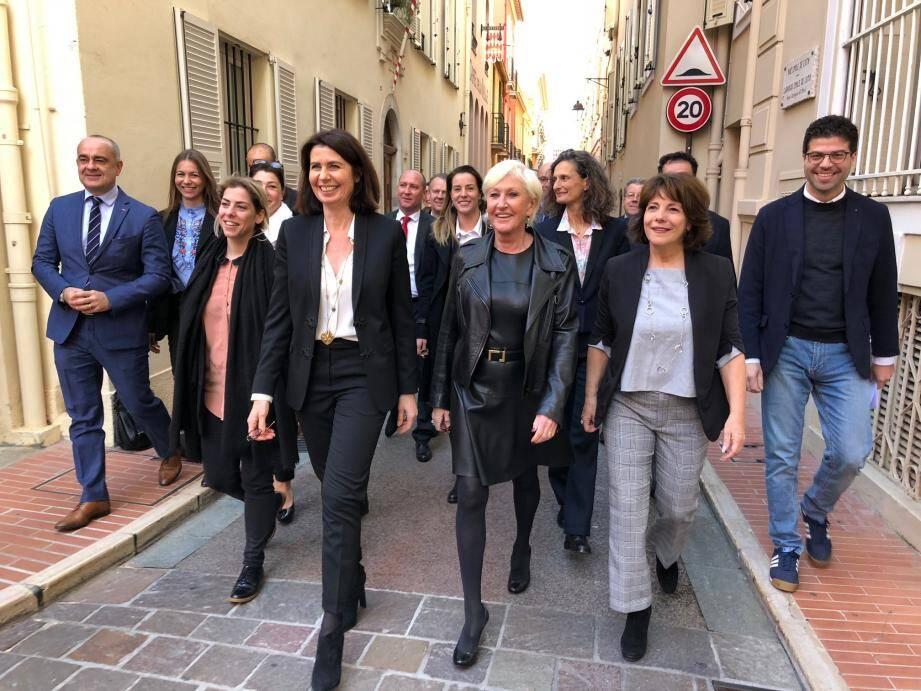 Béatrice Fresko était accompagnée de vingt de ses colistiers hier pour se rendre en mairie.