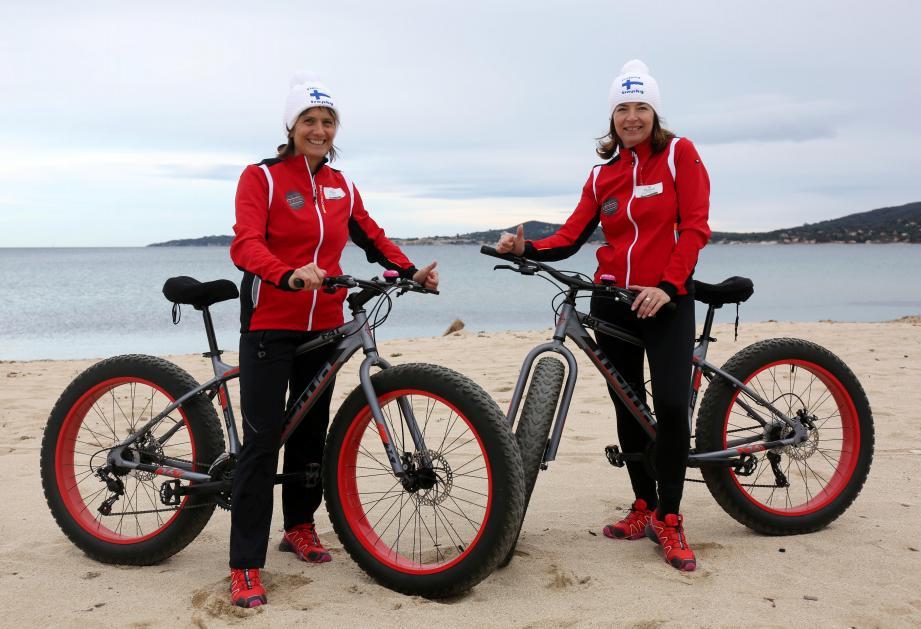 En fat-bike sur la plage de Grimaud (ci-dessus), ou à Allos en raquettes (ci-contre), Karine Goglio (à gauche) et Valérie Piacquadio se sont sérieusement préparées pour ce raid dans le grand nord.