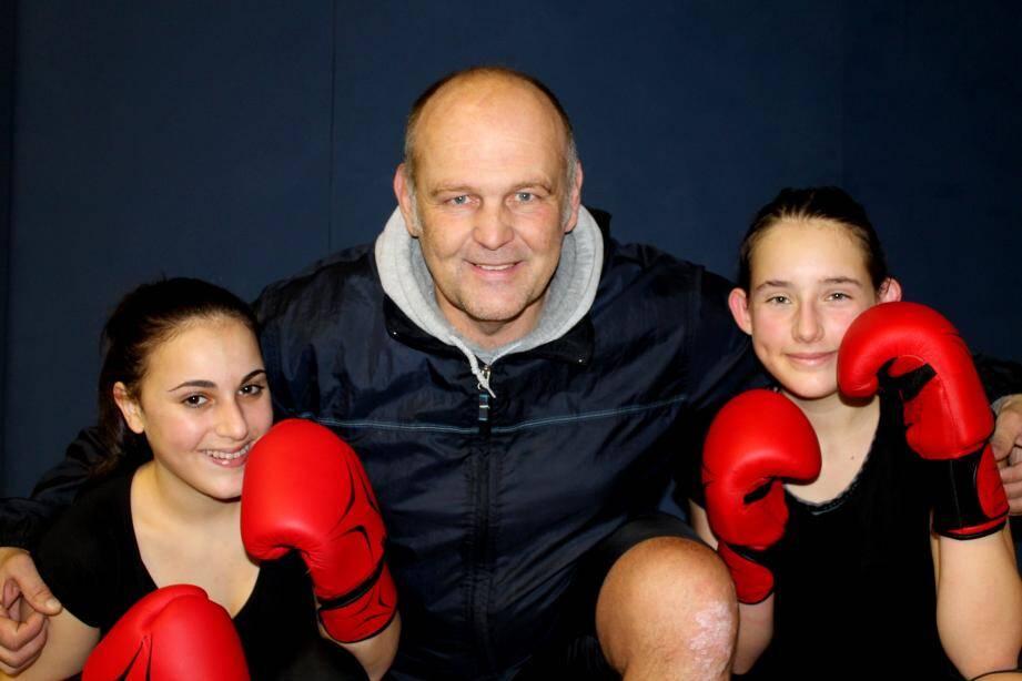 Les jeunes championnes Londaises Chloé Marzouzi et Raphaëlle Rossini avec leur coach Christophe Bizot.