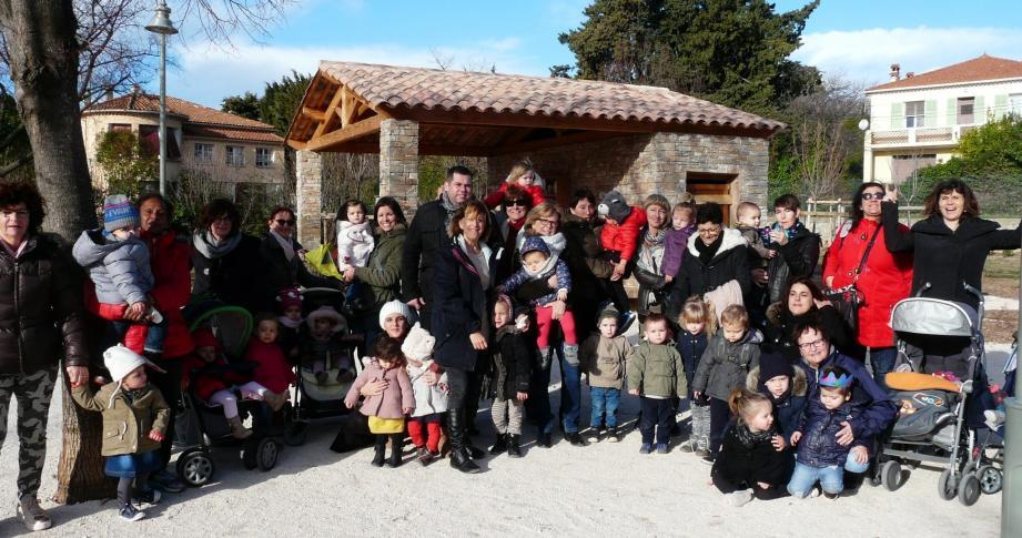 Benoit Bazile, adjoint au maire, entouré des assistantes maternelles et des enfants.