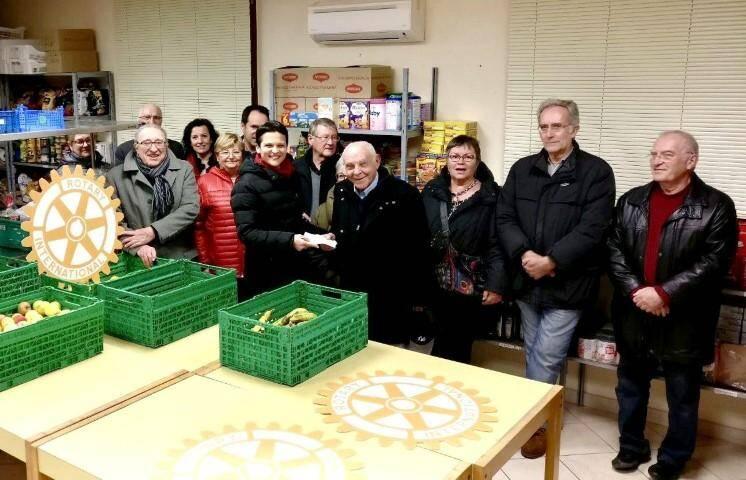 Les Rotariens ont remis un chèque de 1 800 euros au profit de L'Étoile solidaire.