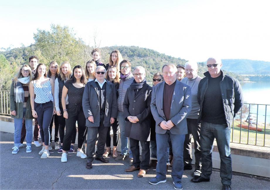 La famille France d'aviron sur les bords du lac avec les élus.