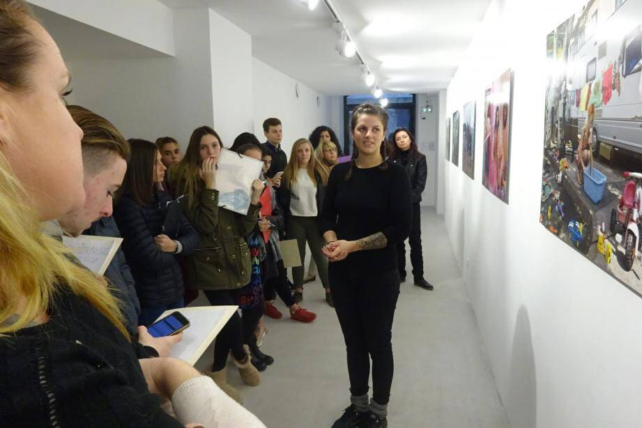 Léna Durr répond aux questions des collégiens intrigués par sa démarche artistique.