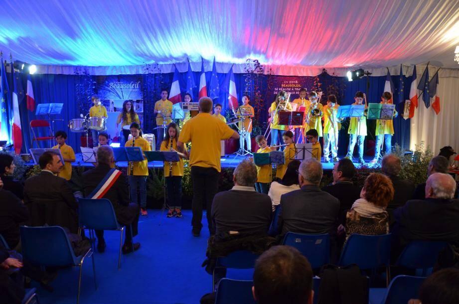 Les enfants de la classe-orchestre de Céline Boiziau de l'école des Copains en ouverture de la cérémonie sous la houlette de Jacques Martin, professeur de l'école municipale de musique.