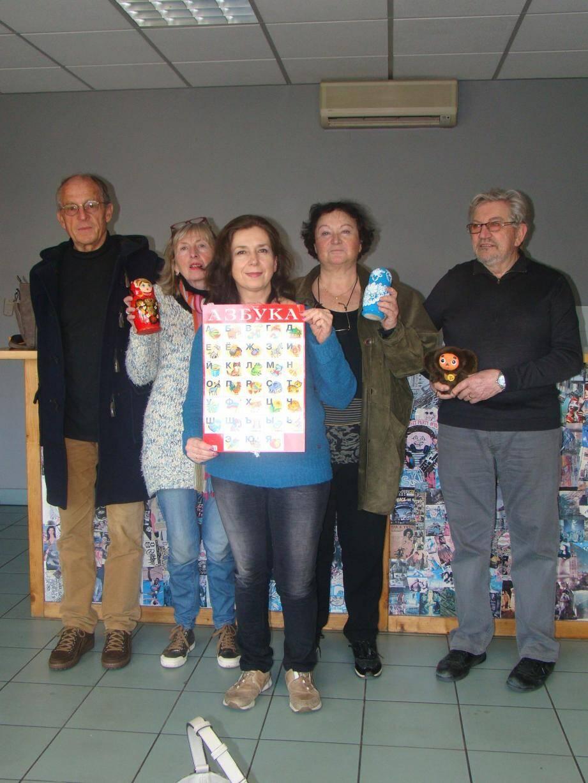 Éléna, (au centre), d'origine russe avec ses premiers élèves de l'UTL 6 à l'espace jeunes. Il reste quelques places pour les cours du lundi après-midi.