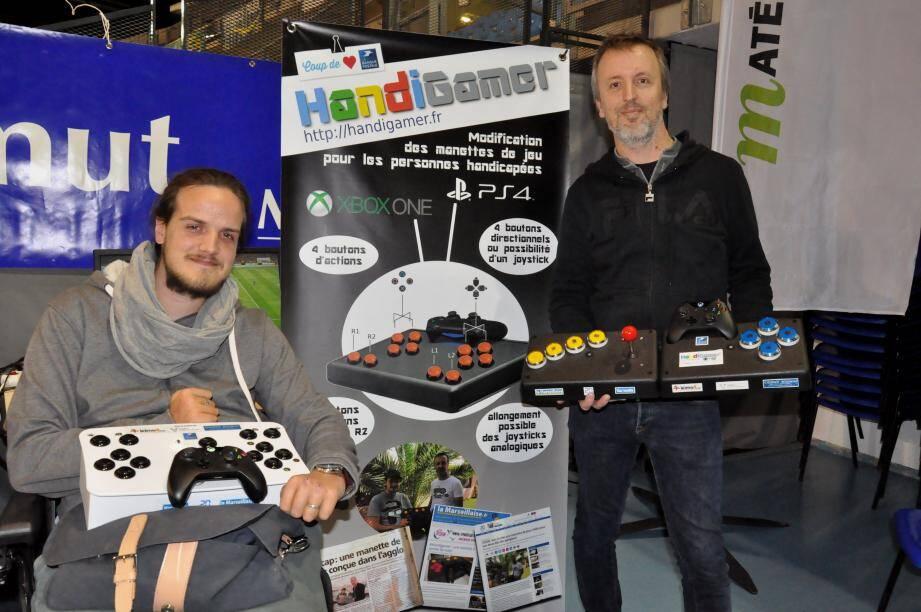 David Combarieu, conseiller en développement web (à droite), et Théo Jordan, étudiant en master de communication, sont les concepteurs de la toute première manette de jeux pour handicapés.