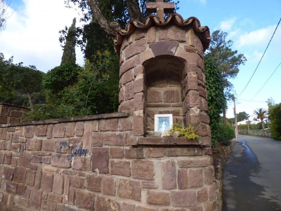 À la place de la statuette disparue (à gauche), un riverain a apposé une image dans un oratoire bien triste.(C.G.)