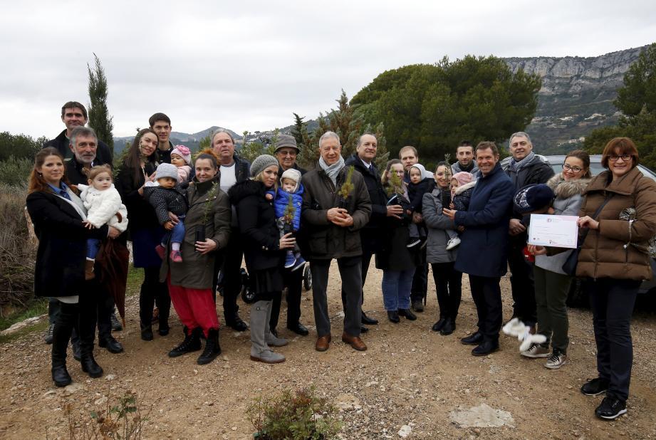 Autour du maire et de plusieurs élus, hier matin, les jeunes parents venus participer à la plantation d'arbustes.