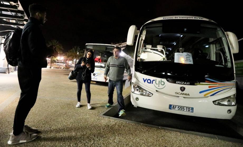 Il ne faut pas se fier aux apparences. Si les bus sont bien ceux du réseau Varlib, ils sont affrétés par la SNCF pour acheminer les voyageurs entre Toulon, Marseille et certaines gares intermédiaires.