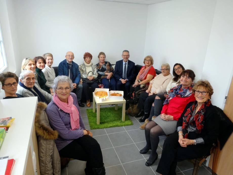 Les élus sont venus partager galette briochée et frangipane avec les bénéficiaires et les personnes âgées à la salle de détente, hier.