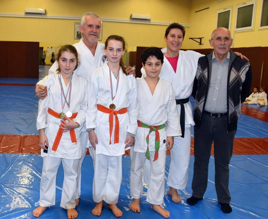 Florent Villanova, adjoint aux sports, est venu féliciter les jeunes karatékas, souhaitant bonne chance à ceux qui entrent en compétition dans les prochains jours.(DR)