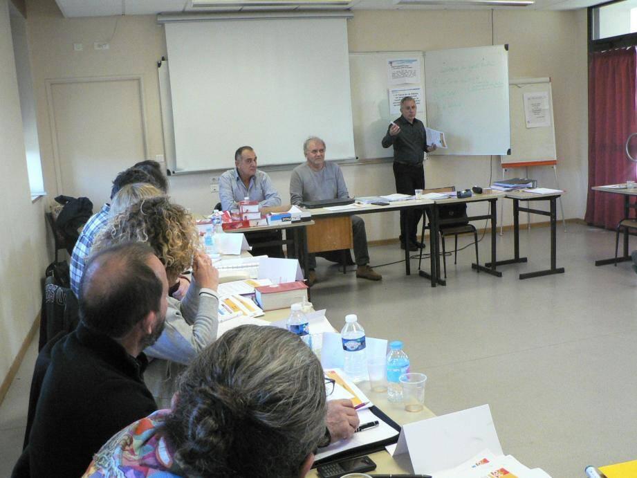 Bruno Scotti (debout) en plein cours sous le regard de Gérard Battarra, secrétaire de l'union locale CGT (au centre) et de Joël Camilleri.