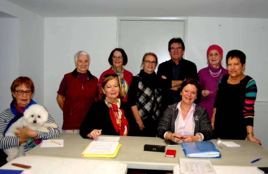 Le nouveau bureau du Fap, rassemblé autour de sa nouvelle présidente, Nicole Dagort (assise à droite), et de... sa mascotte Gribouille.