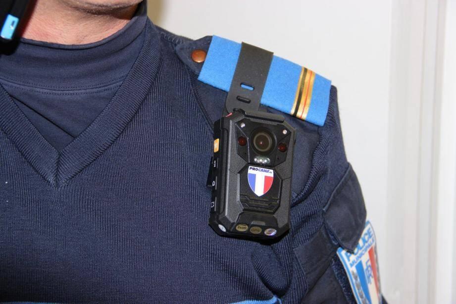 Sur les uniformes des policiers, sont placées les caméras.