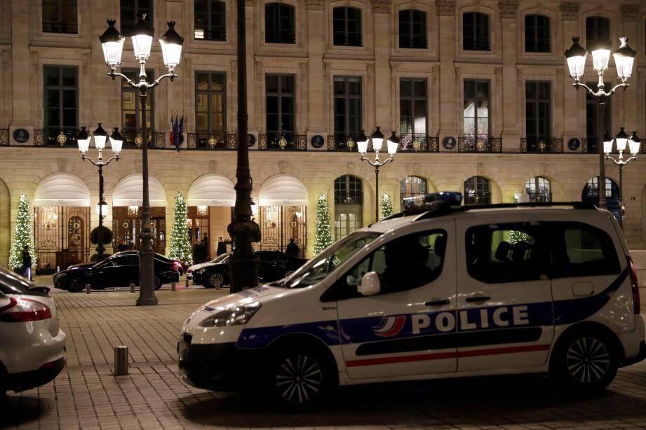 Une voiture de police garée devant le Ritz.