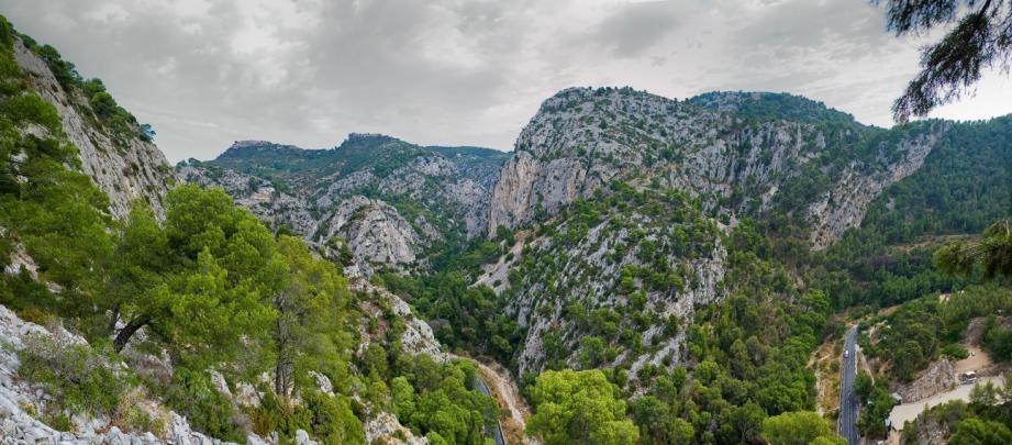 Les gorges de la Reppe et du Destel se rejoignent au Nord d'Ollioules pour former les gorges d'Ollioules. Illustration.