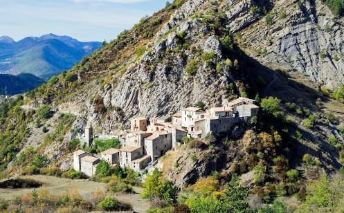 Le petit village d'Auvare.