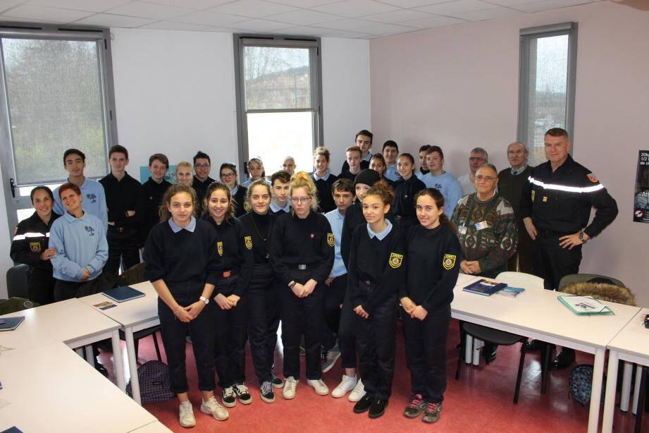 Ce mercredi, trente élèves de 3e  du collège Jean-Moulin ont accueilli en classe les représentants du Souvenir français.