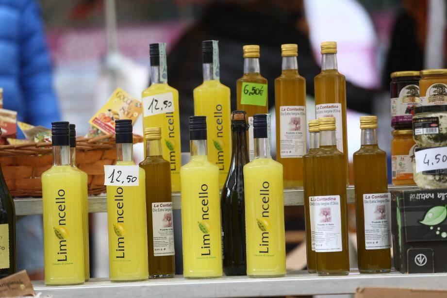 Limoncello sur un marché italienr.