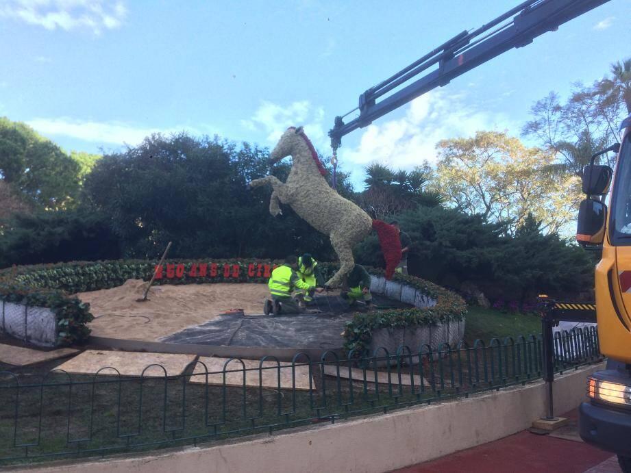 Un cheval cabré de 3 mètres de haut célèbre les 250 ans du cirque moderne.