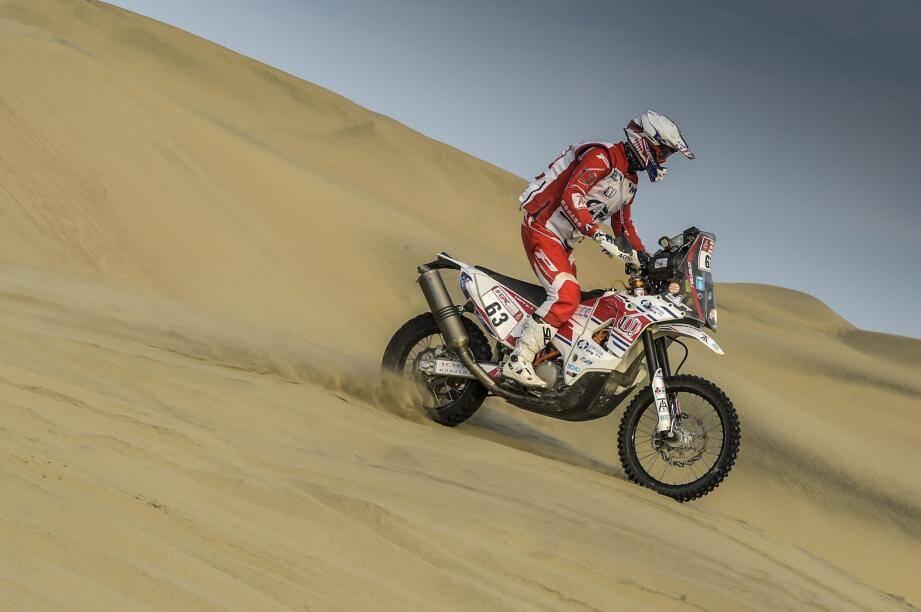 Le pilote monégasque dans les dunes de sable péruviennes.