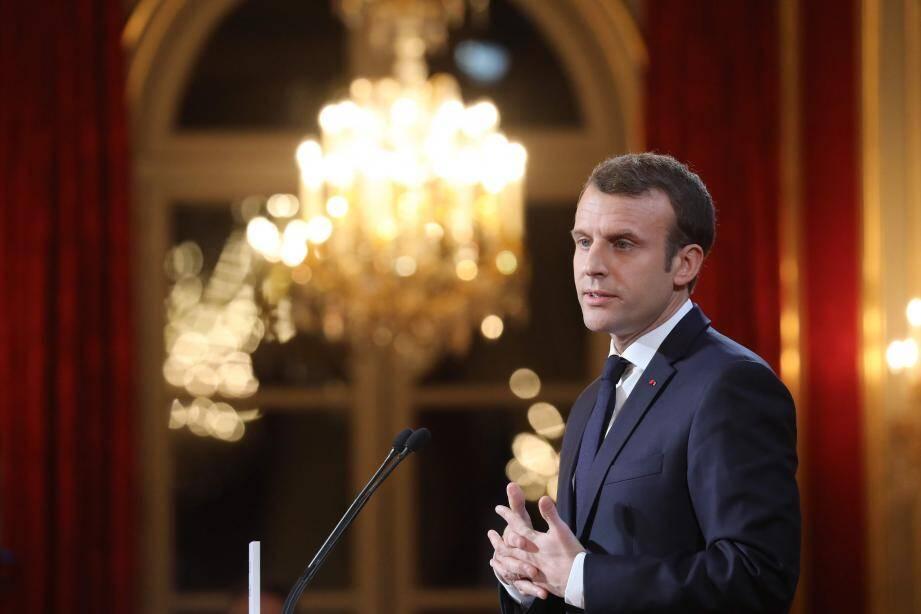 """Critiqué pour son silence, Emmanuel Macron dénonce """"l'irresponsabilité"""" de l'Italie."""
