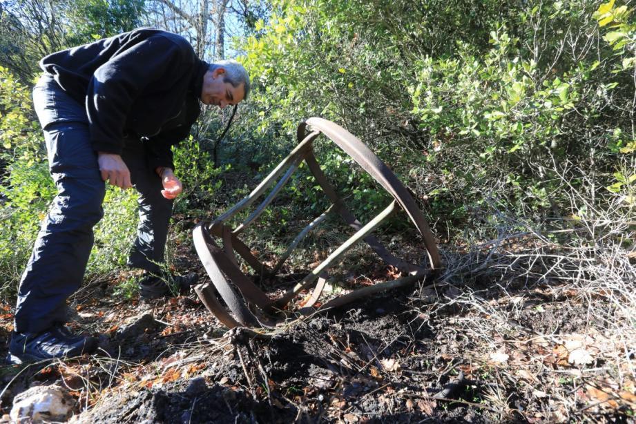 Entre Artigues et Seillons, les incendies de cet été ont permis de mettre au jour des débris de la 2nde guerre mondiale. Probablement ceux du bombardier abattu le 12 juillet 1944.