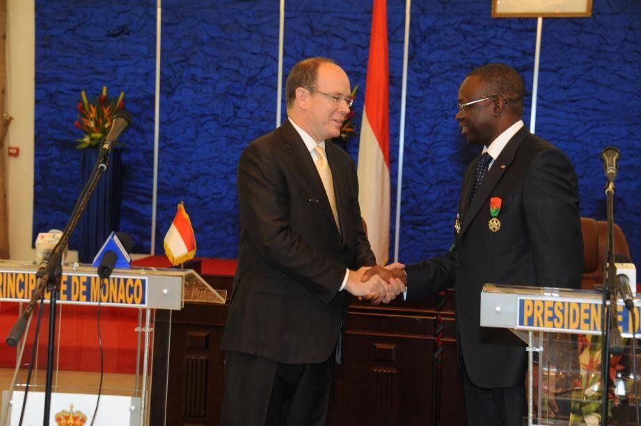 Le prince Albert Alexandre Louis Pierre Grimaldi de Monaco, comme l'appellent les Burkinabès, avait été élevé au rang de Grand officier de l'Ordre national lors d'une visite officielle en février 2012. Preuve supplémentaire de l'aura de la Principauté en Afrique de l'Ouest.