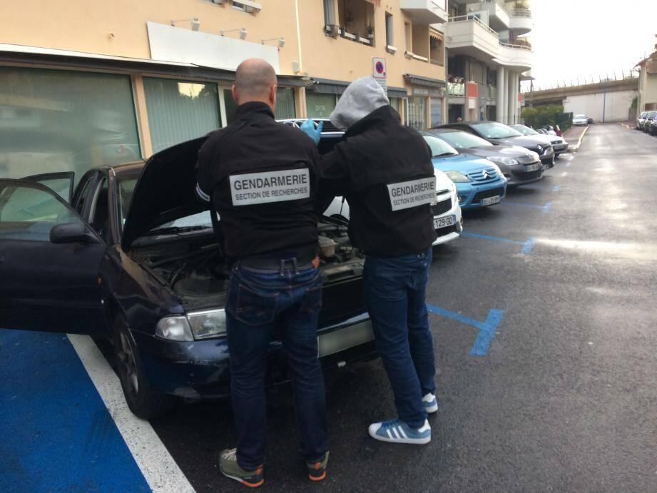 Les techniciens d'investigations criminelles de la gendarmerie se sont attardés sur un véhicule Audi présent devant l'immeuble.
