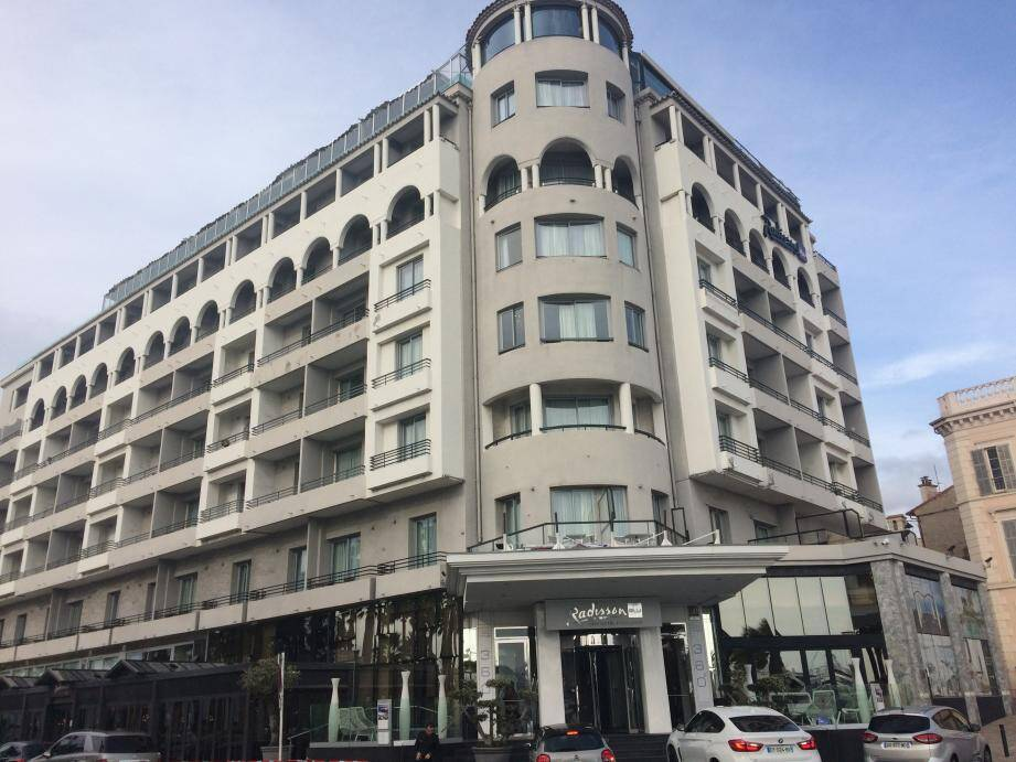 Dans la nuit de vendredi à samedi, les 183 clients de l'hôtel Radisson Blu, à Cannes, ont été réveillés en sursaut et regroupés dans le hall de l'établissement 5 étoiles.